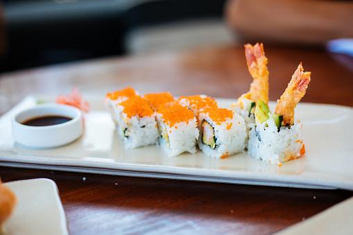 Fuyu「Sushi plates on table」:スマホ壁紙(13)