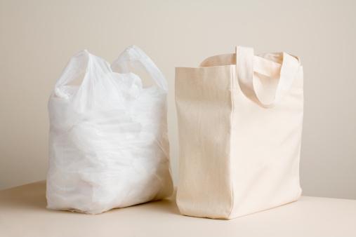 Reusable「Plastic bag and canvas bag on table」:スマホ壁紙(19)