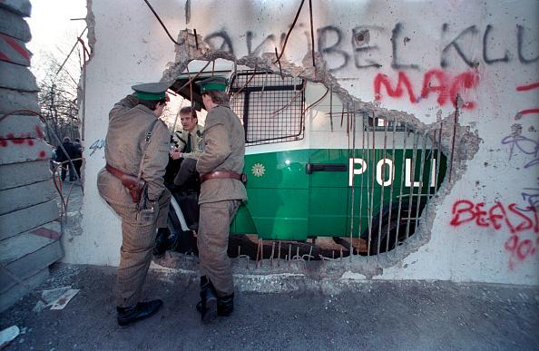 West Berlin「East German Guards Talk To West German Police」:写真・画像(17)[壁紙.com]