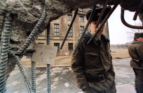International Landmark「East German Guards Examine Hole In Berlin Wall」:写真・画像(19)[壁紙.com]