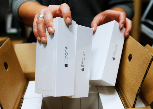 iPhone「Verizon Store Stocks Shelves With New Apple iPhone 6」:写真・画像(9)[壁紙.com]