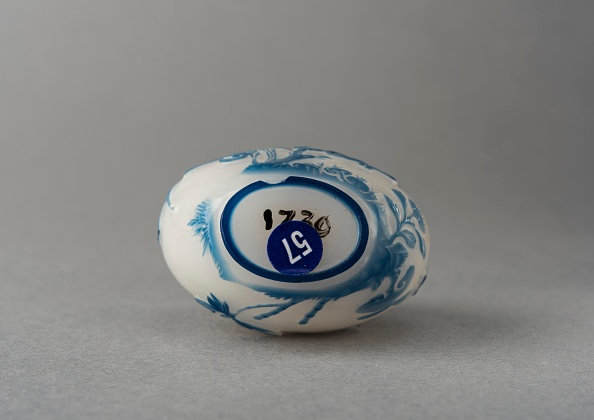 Composite Image「White Glass Snuff Bottle With Blue Overlay」:写真・画像(10)[壁紙.com]