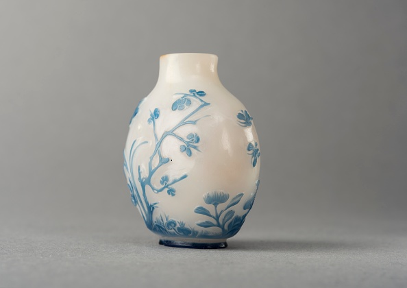 Composite Image「White Glass Snuff Bottle With Blue Overlay」:写真・画像(19)[壁紙.com]