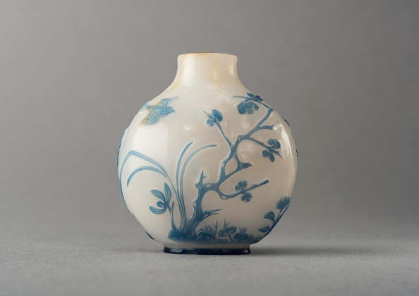 Composite Image「White Glass Snuff Bottle With Blue Overlay」:写真・画像(9)[壁紙.com]