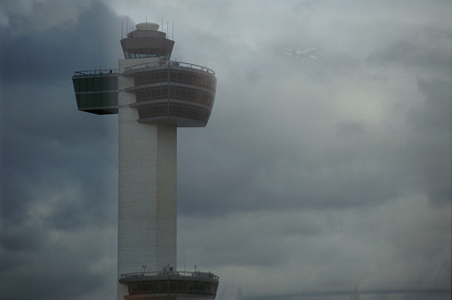 Kennedy Airport「Air traffic control tower, aircraft departing in background」:スマホ壁紙(17)
