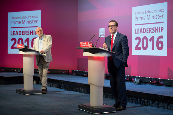 Two People「Jeremy Corbyn And Owen Smith Take Part In The First Labour Leadership Debate」:写真・画像(18)[壁紙.com]