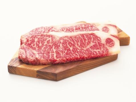 牛「Sir Loin steaks on cutting board, high angle view, close up」:スマホ壁紙(1)