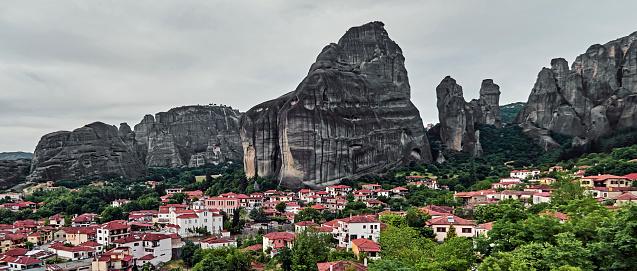 Trikkala「View over the village of Kastraki under the rock towers of the Meteora.」:スマホ壁紙(12)