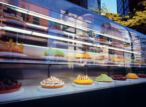 Grape「Window display of bakery with colorful fruit cakes」:スマホ壁紙(18)