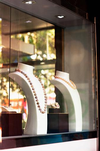 Well-dressed「Window display of jewelry store」:スマホ壁紙(3)