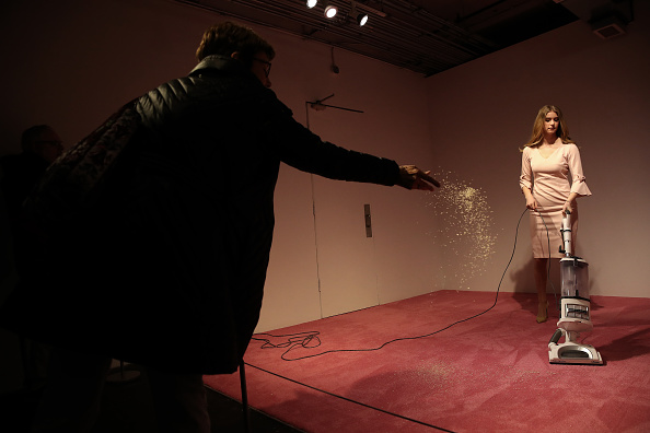Win McNamee「'Ivanka Vacuuming' Art Installation Causes Controversy」:写真・画像(7)[壁紙.com]