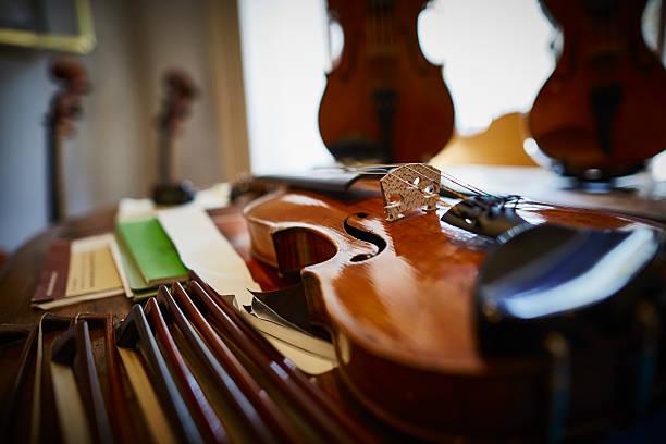 Violin and bows in a luthier's workshop:スマホ壁紙(壁紙.com)