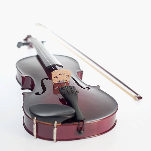 A violin and bow:スマホ壁紙(壁紙.com)