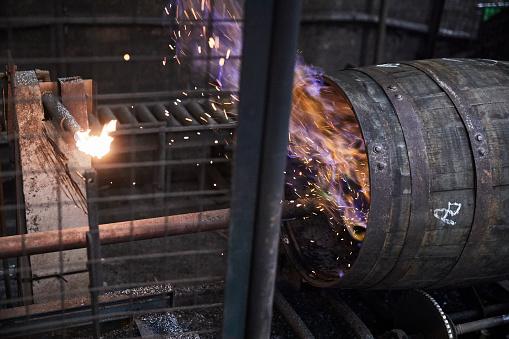 Burnt「Whisky Barrels being charred in cooperage」:スマホ壁紙(6)