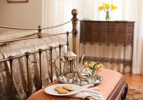 盆「Silver set and cookies on bench at end of bed in bedroom」:スマホ壁紙(12)