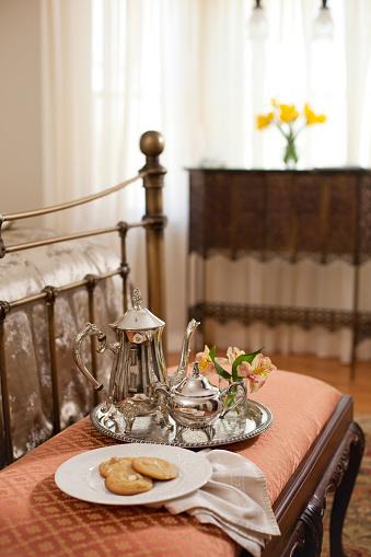 盆「Silver set and cookies on bench at end of bed in bedroom」:スマホ壁紙(11)