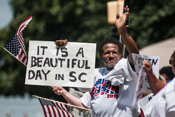 Removing「Governor Nikki Haley Signs Bill To Remove Confederate Flag From SC Statehouse」:写真・画像(17)[壁紙.com]