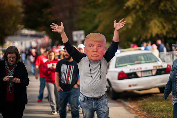 In A Row「President Trump Holds Campaign Rally In Chattanooga, Tennessee」:写真・画像(14)[壁紙.com]