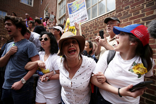 Washington DC「Protesters Demonstrate Outside Of The Venezuelan Embassy In Washington, D.C.」:写真・画像(6)[壁紙.com]