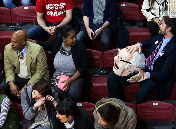 Offbeat「Bernie Sanders Holds Campaign Rally At Temple University In Philadelphia」:写真・画像(15)[壁紙.com]