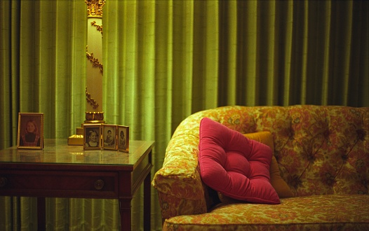 Souvenir「Sofa next to end table with photographs」:スマホ壁紙(3)