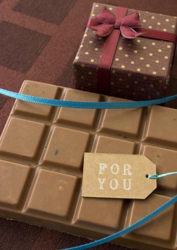チョコレート「Bar of chocolate and a gift box」:スマホ壁紙(12)