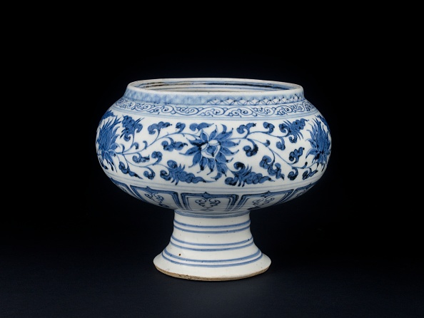 Bowl「Blue-And-White Stem Bowl With Lotus Flowers And Mandarin Ducks」:写真・画像(1)[壁紙.com]