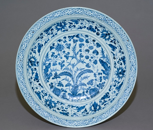 Circa 14th Century「Blue-And-White Dish With Plants」:写真・画像(18)[壁紙.com]