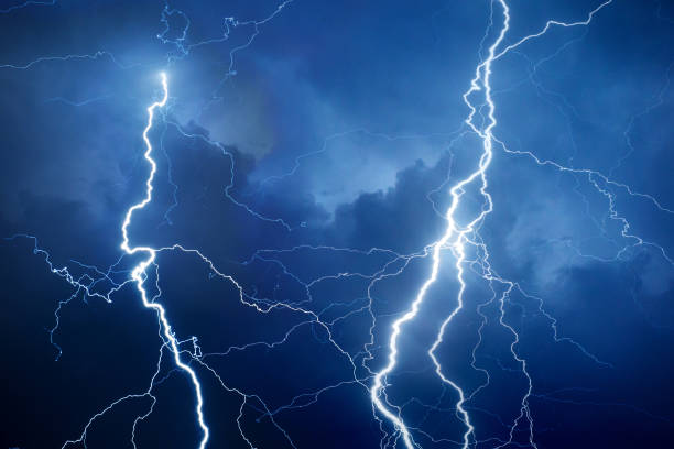 Lightning during storm at night:スマホ壁紙(壁紙.com)