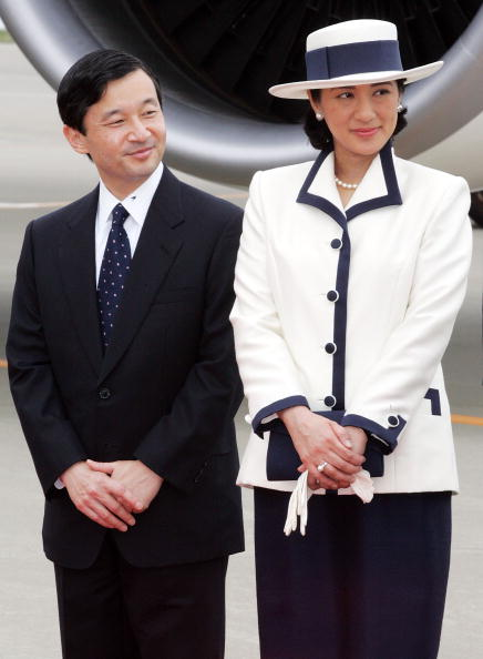 Japanese Royalty「Emperor Akihito And Empress Michiko Leave For Singapore And Thailand On An Eight-Day Official Visit」:写真・画像(4)[壁紙.com]