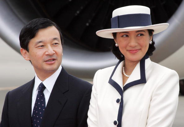 Japanese Royalty「Emperor Akihito And Empress Michiko Leave For Singapore And Thailand On An Eight-Day Official Visit」:写真・画像(6)[壁紙.com]