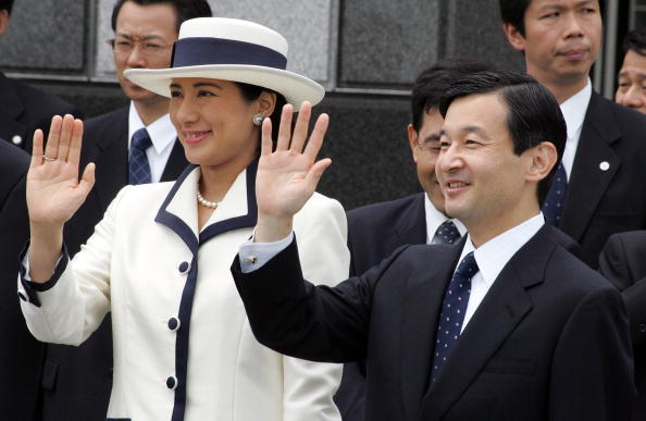 Japanese Royalty「Emperor Akihito And Empress Michiko Leave For Singapore And Thailand On An Eight-Day Official Visit」:写真・画像(5)[壁紙.com]