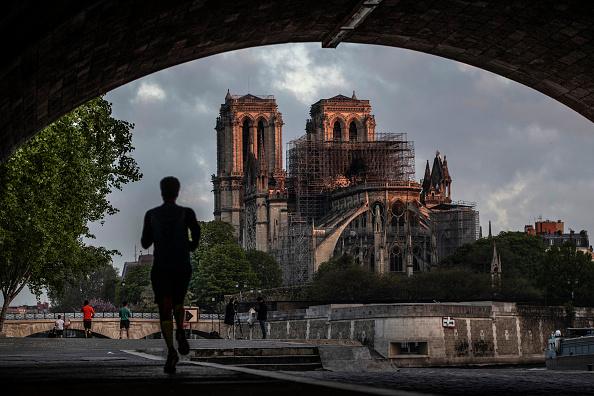 Jogging「Paris Assesses Damage Following Notre Dame Blaze」:写真・画像(7)[壁紙.com]