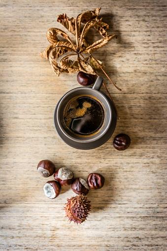 栗「乾燥した葉と木製の背景のコーヒー」:スマホ壁紙(2)