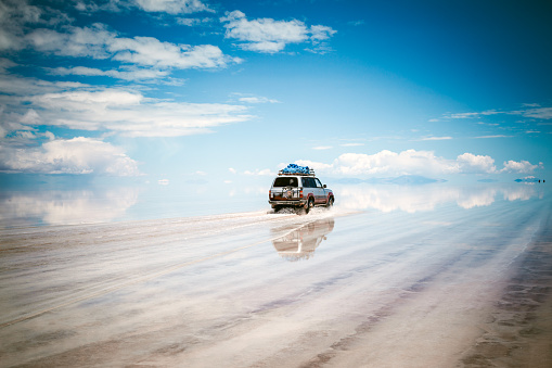 Bolivia「Sports Utility Vehicle driving in the Salar de Uyuni」:スマホ壁紙(9)