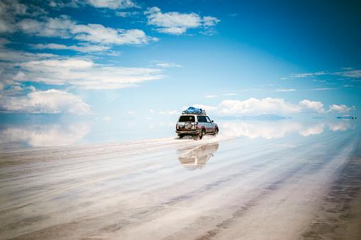 胸を打つ「スポーツ用多目的車の車を、ボリビアウユニ塩湖」:スマホ壁紙(14)
