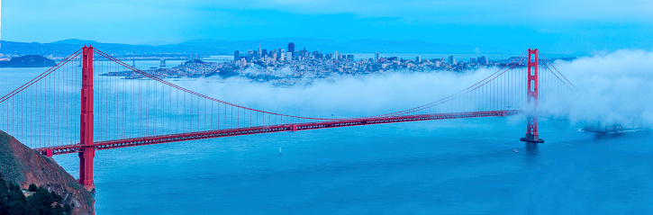 Fog「Golden Gate Bridge with low fog, San Francisco Panorama」:スマホ壁紙(1)
