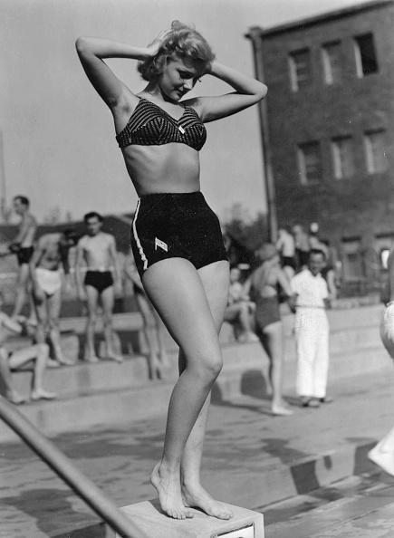 水着「Bathing beauty in bikini fashion of the time」:写真・画像(15)[壁紙.com]