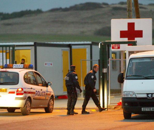 Sangatte「Refugees Receive Aid From Sangatte Refugee Camp」:写真・画像(2)[壁紙.com]