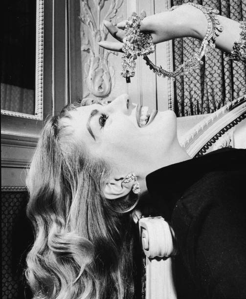 Anita Ekberg Poses With Diamond Jewelry:ニュース(壁紙.com)