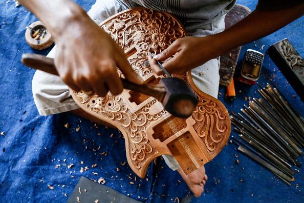 楽器「Master Balinese Woodworker Hand Carves High-End Guitars」:写真・画像(1)[壁紙.com]