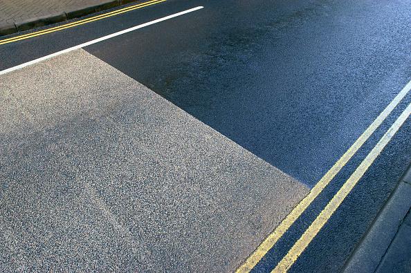 Dividing Line - Road Marking「Coloured asphalt and yellow lines.」:写真・画像(2)[壁紙.com]