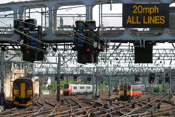 Railroad Track「Throat of Glasgow Central station looking south with commuter services and a Virgin Voyager CrossCountry service. July 2004.」:写真・画像(13)[壁紙.com]