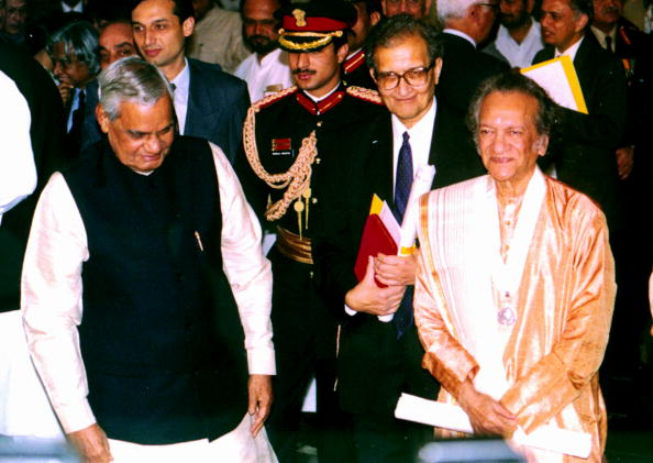シタール「Nobel Laureate Amartya Sen (Second From Right And Sitar Maestro Ravi Shanker (Right With The Indi」:写真・画像(17)[壁紙.com]