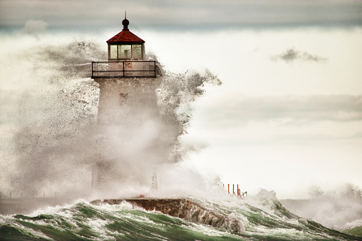 Great Lakes「Lake Superior Fall storm waves pound the lighthouse in Grand Marais, Minnesota」:スマホ壁紙(6)
