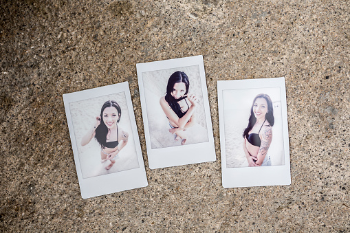 女性モデル「Three instant photos with portraits of young woman on sandy beach」:スマホ壁紙(1)