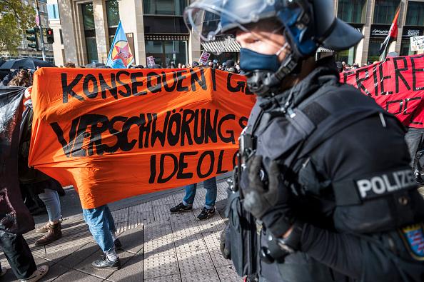 Thomas Lohnes「Querdenken Initiative Protests In Frankfurt Against Coronavirus Lockdown Measures」:写真・画像(8)[壁紙.com]