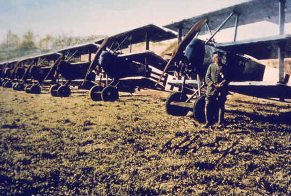 カラー画像「Airman Stands Near Fokker DR-1s」:写真・画像(14)[壁紙.com]