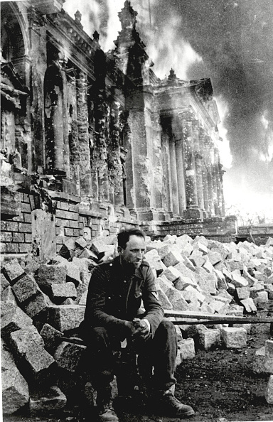 Germany「German Soldier Sits On Ruins」:写真・画像(6)[壁紙.com]