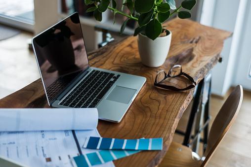 Mannheim「Laptop, color samples and glasses on wooden desk」:スマホ壁紙(6)